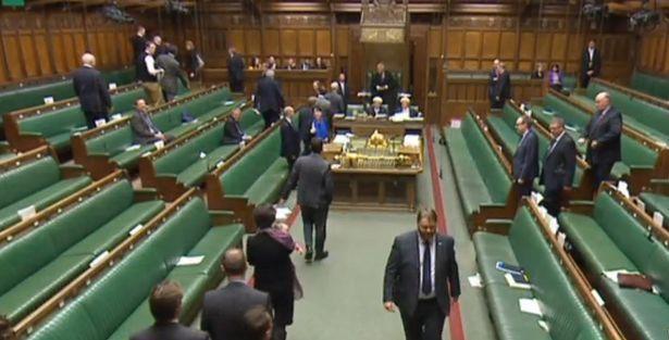 Nghị sĩ Anh bế con đi bỏ phiếu về dự luật kích hoạt Brexit