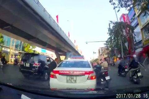 Không được tạt đầu, người đàn ông đi SH nổi xung đánh tài xế taxi