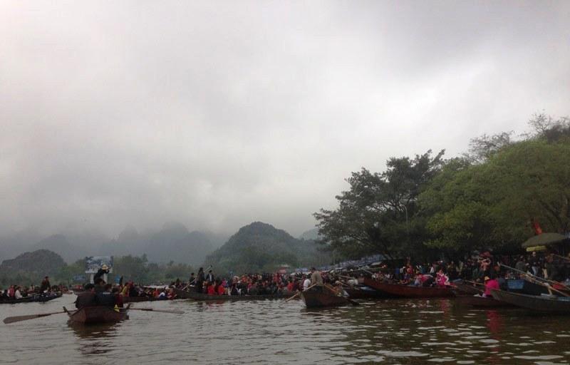 Biển người chen chúc khai hội chùa Hương