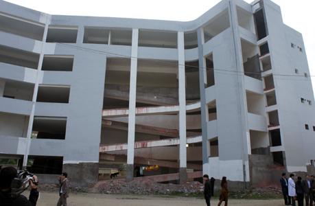 Bệnh viện 1.800 tỷ 6 năm dở dang, trạm kiểm soát 57 tỷ 'vô dụng'