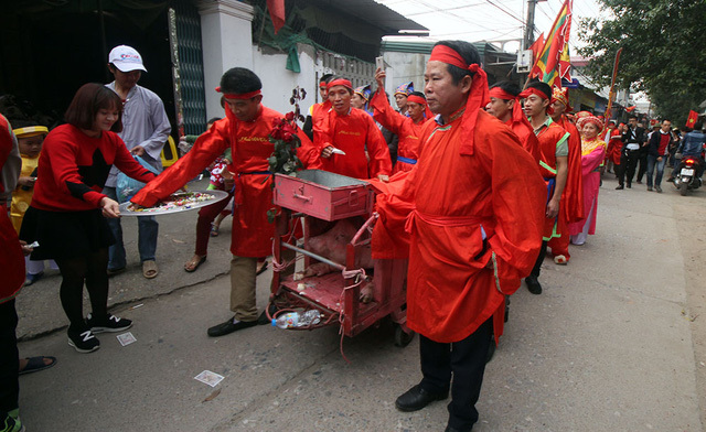 Người dân Ném Thượng tiếp tục chém lợn trong nhà kín