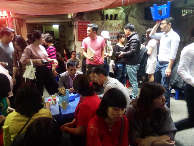 Bội thực giò thịt, dân đứng đợi 30 phút để được ăn bún cá