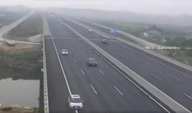 Triệu tập 3 lái xe đi lùi trên cao tốc Hà Nội - Hải Phòng
