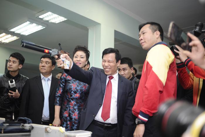 Bộ trưởng thử tài bắn súng, Hoàng Xuân Vinh tròn mắt – VietNamNet