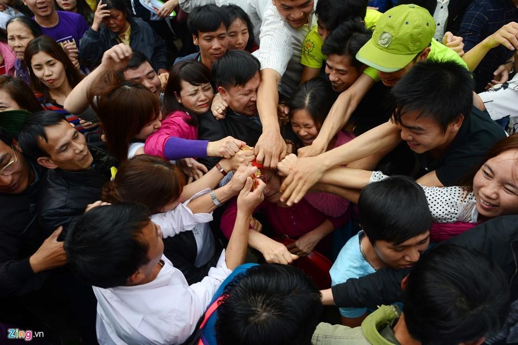 Bộ VH lên tiếng về hiện tượng phản cảm ở lễ hội đền Gióng, chùa Hương