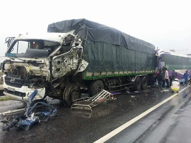 tai nạn giao thông, xe tải, xe khách, đâm liên hoàn, quảng Bình