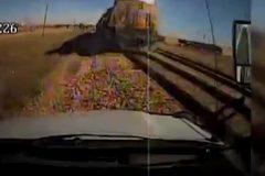 Xe buýt mất lái lao vào đầu tàu hoả ngược chiều