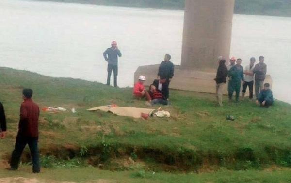 Tài xế gây tai nạn, 3 người tử vong, rơi cầu Rộ