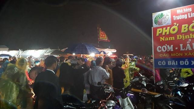 Chen nhau nghẹt thở tại chợ Viềng, tắc dài hàng km