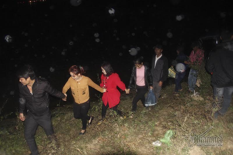 Nửa đêm tắc cứng chợ Viềng, dân đội mưa băng ruộng