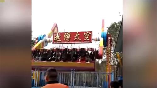 [VietnamNet.vn] 10 clip 'nóng': Cô gái bay khỏi đu quay công viên ngày đầu năm