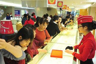 Dân đổ xô đi mua vàng trước ngày vía Thần Tài