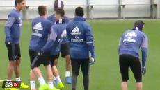 Ronaldo hành động khó đỡ trên sân tập