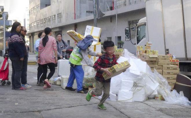 Cướp sạch 42.000 gói bim bim hết hạn trong chốc lát