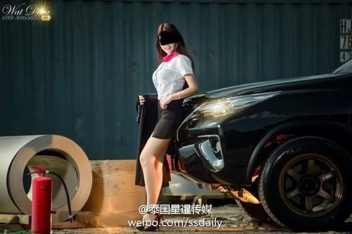Nữ sinh Thái bị chỉ trích vì chụp ảnh sexy với áo cử nhân