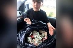Ra thùng rác vứt đồ, bé 7 tuổi vớ được bọc tiền lớn