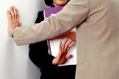 Thương cô nhân viên trẻ thất tình, chồng qua nhà 'an ủi'