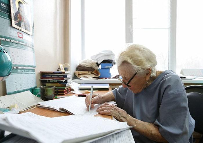 89 tuổi, bác sĩ phẫu thuật già nhất thế giới mổ 4 ca mỗi ngày