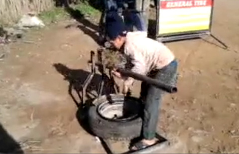 Cậu bé 10 tuổi thay lốp ô tô bằng tay