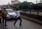 Nhảy đám cưới chặn xe giữa quốc lộ, trai làng hối hận