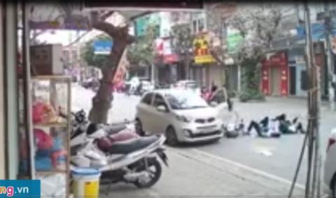'Quý bà' mở cửa ôtô hất văng 2 nữ sinh đi xe đạp điện
