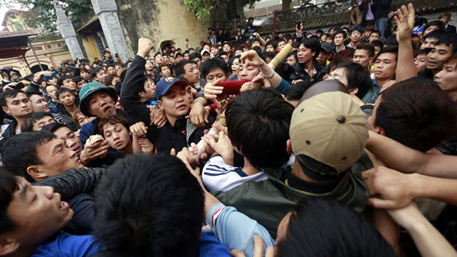 Cướp lộc, ẩu đả, đánh nhau, Tết Đinh dậu, người Việt, Hội Gióng, Hội Chùa Hương, Phát ấn đền Trần