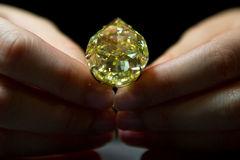 Phát hiện kim cương mất trộm trong... bụng du khách