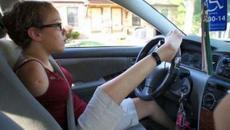 Clip: Cô gái không tay lái ôtô bằng chân cực điêu luyện