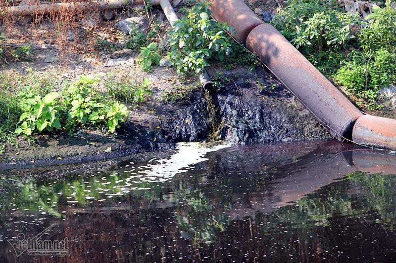 Xả thải ra sông đỏ quạch: Hà Nội phạt hơn 1 tỷ đồng