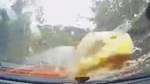 'Vật thể lạ' rơi vào kính chắn xe khiến tài xế bất ngờ