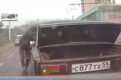 Sửa xe ngay giữa đường, người đàn ông bị ôtô đâm trúng