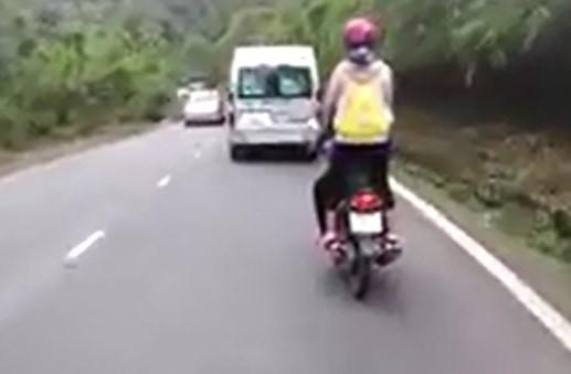 Nữ phượt thủ đứng lên xe máy, cười đùa khi đổ đèo Bảo Lộc