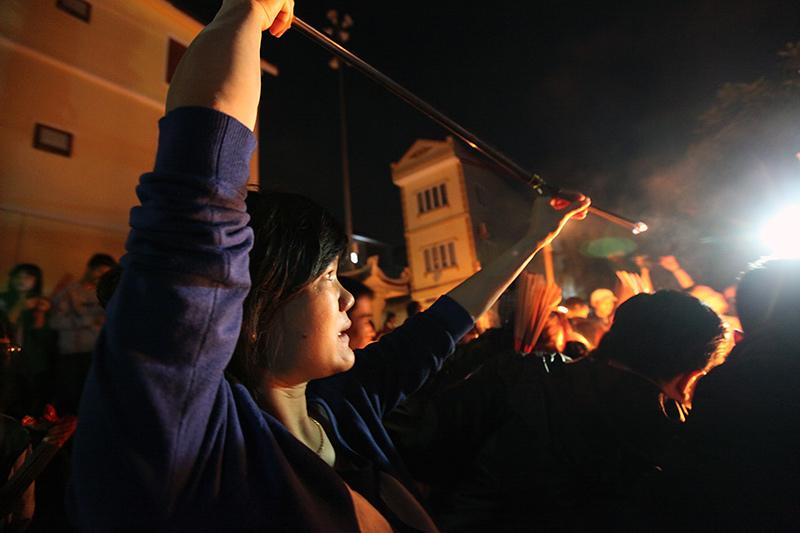 Nửa đêm, dân làng lăm lăm bó hương chạy khắp ngõ xóm