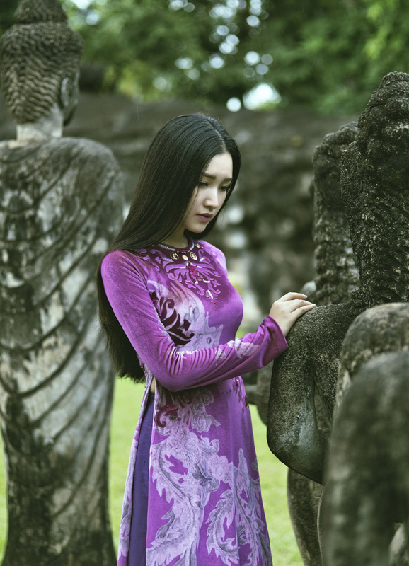 Người đẹp Ngọc Trân gợi cảm với áo dài dát vàng