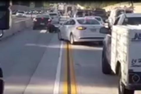 Chuyển làn bất ngờ, ôtô tông văng người đi xe máy