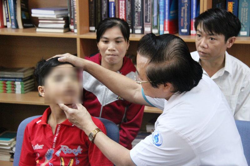 Trẻ mang khuôn mặt xấu xí vì sự vô tâm của cha mẹ