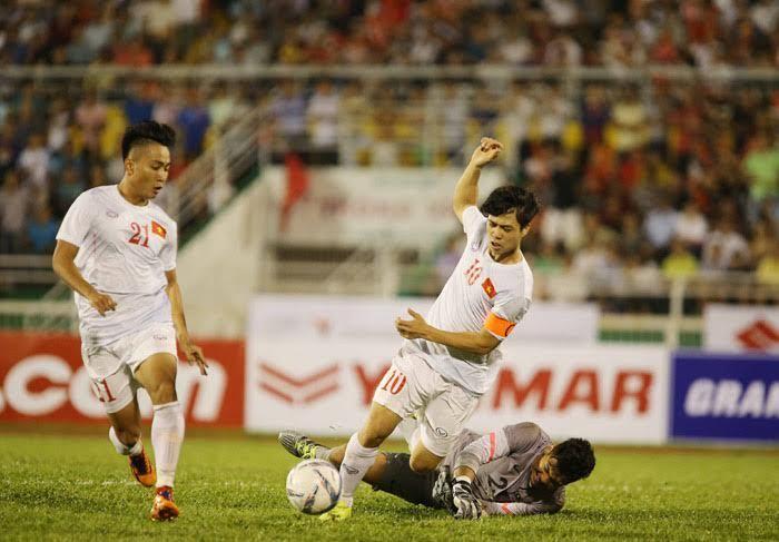 Công Phượng cũng phải giật về đá tiền vệ làm tuyến giữa U23 Việt Nam vô cùng chật chội