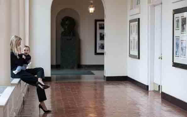 Ivanka bế con ngồi vắt vẻo ở hàng lang Nhà Trắng