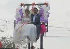 Màn rước dâu mạo hiểm trên chiếc xe nâng hàng
