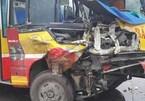 Xe buýt đâm xe tải nát đầu, hành khách hoảng loạn