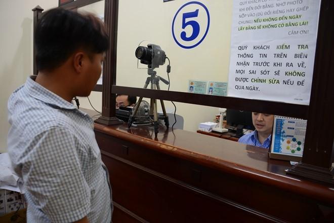 Dân Sài Gòn ngồi ở nhà làm thủ tục cấp đổi giấy phép lái xe