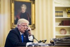 Bị đuổi việc vì tiết lộ Trump dùng điện thoại cũ