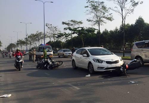 Ôtô tông hàng loạt xe máy ở Sài Gòn, 4 người bị thương