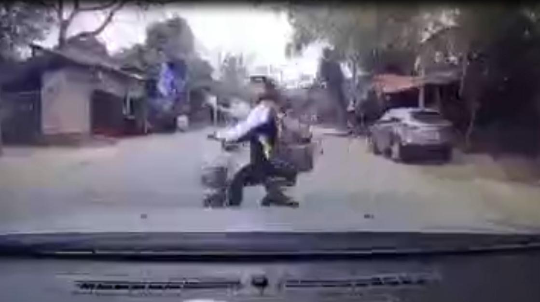 """Pha đánh lái của nữ sinh khiến tài xế """"toát mồ hôi hột"""""""