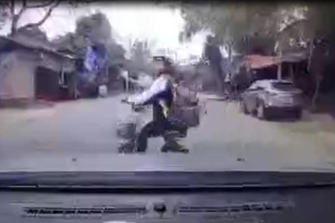 Pha đánh lái của nữ sinh khiến tài xế