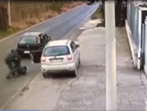 Trắng trợn cướp ô tô giữa đường