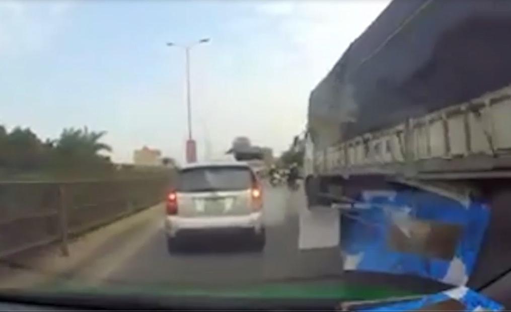 Clip: Rượt đuổi nhau như phim trên quốc lộ vì va chạm