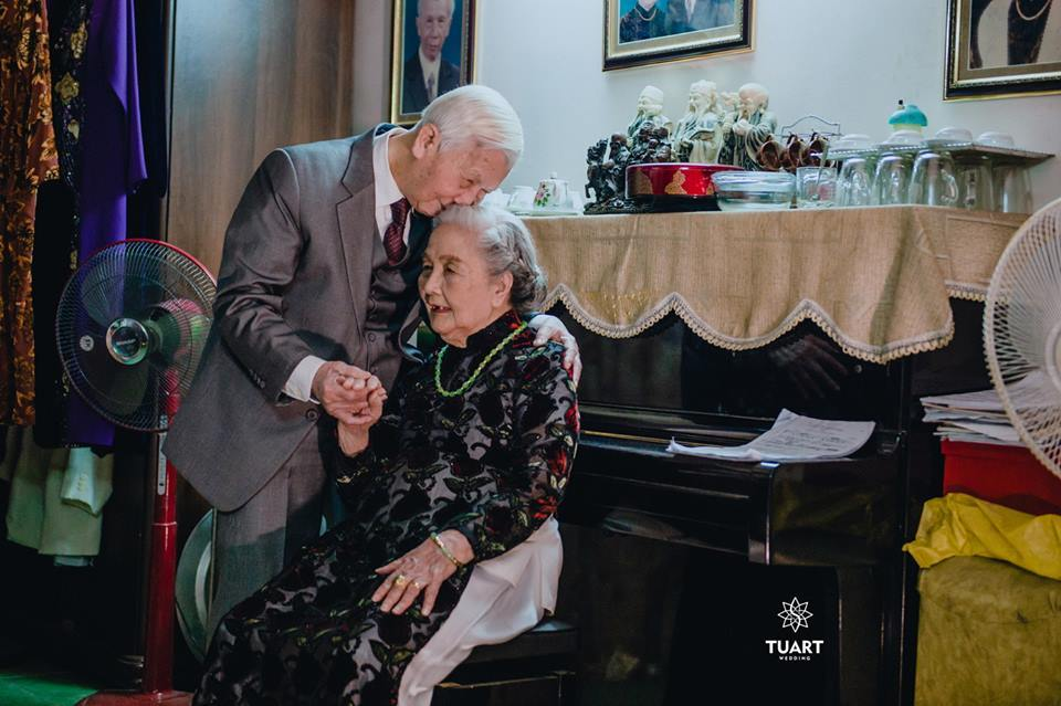 Bộ ảnh tình yêu của ông bà U90 khiến ngàn người cảm động