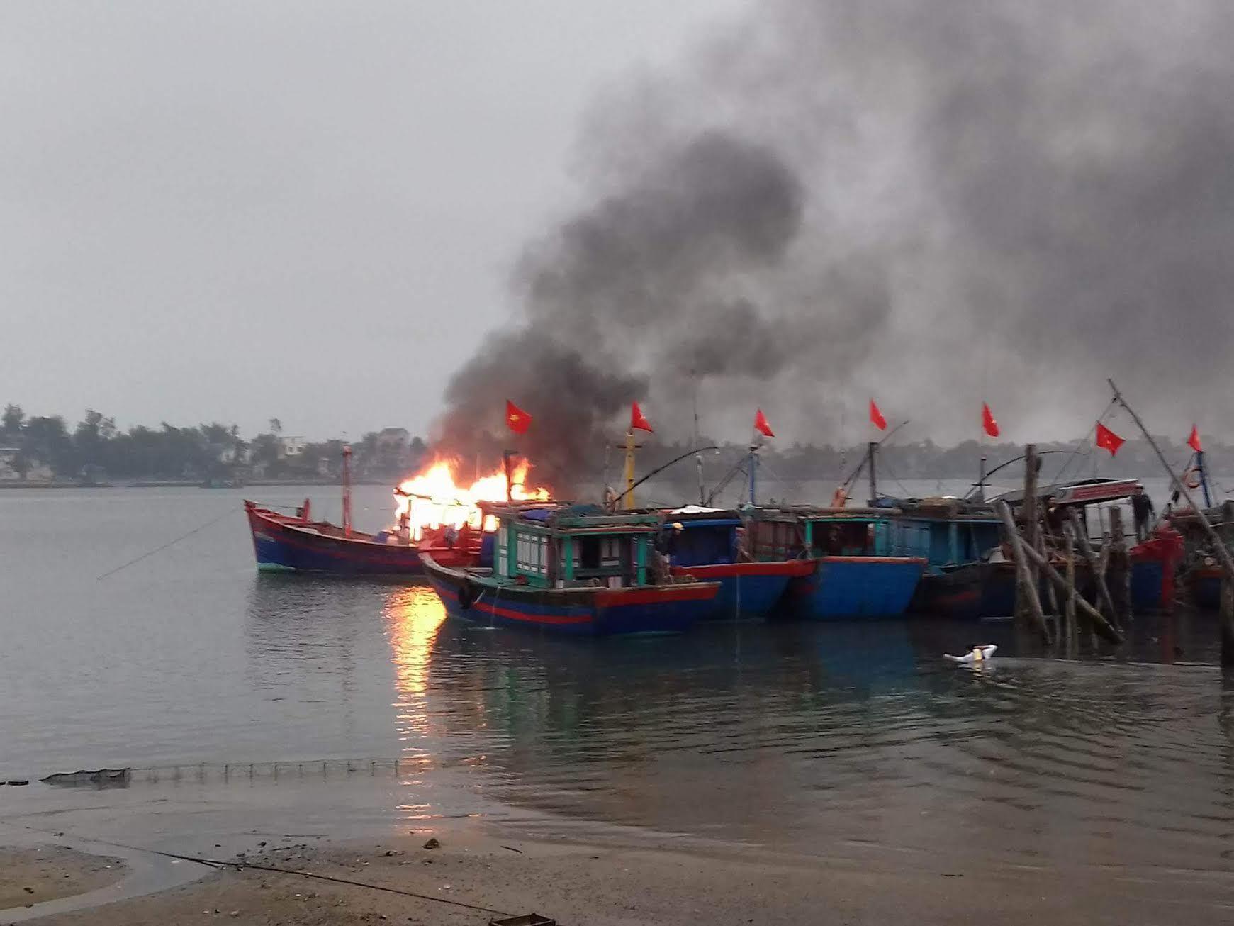 Quảng Bình: Tàu cá cháy rụi sau khi thắp hương ngày rằm