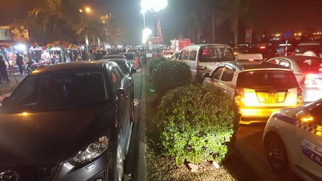 Ngàn người xếp hàng chờ xin ấn, xe tắc dài cả cây số